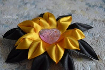 цветок канзаши из узких лент