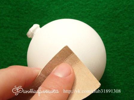 полирование наждачкой новогоднего шарика