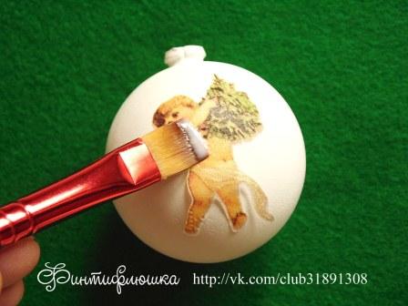 приклеивание салфетки к шарику новогоднему