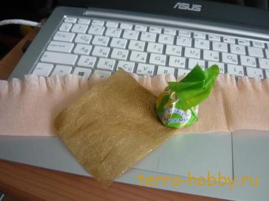 фантазийный цветок из бумаги и конфет