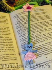 Миниатюра к статье Мишка в платье - оригинальная вязаная закладка для книги своими руками