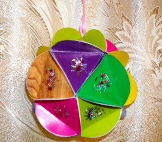 Миниатюра к статье Ёлочное украшение своими руками: новогодний шар из бумаги