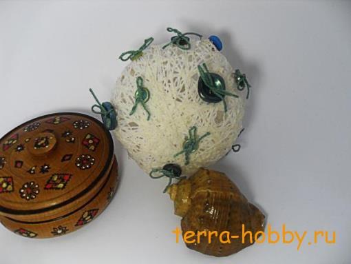 Новогодний шар из ниток и пуговиц на елку своими руками