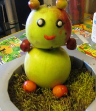 украшаем мишку из яблок