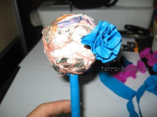приклеить цветы к топиарию