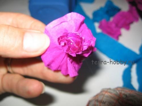 приклеить цветок к топиарию