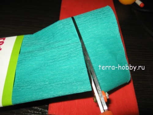 нарезаем полоски из гофрированной бумаги