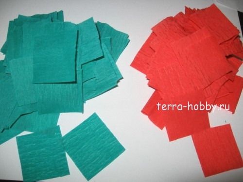 нарезаем квадратики из гофрированной бумаги