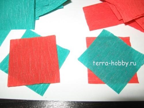 складываем квадратики из гофрированной бумаги
