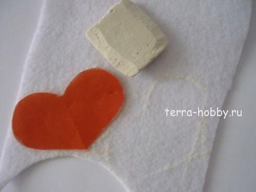 обводим мелом сердце на ткани