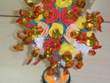 Миниатюра к статье Топиарий из конфет своими руками