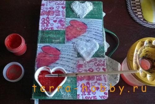 раскрасить сердечки красками