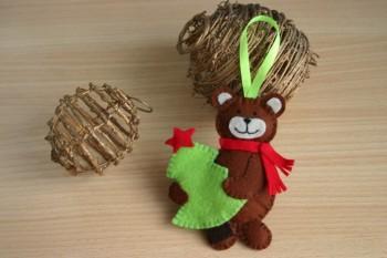 Миниатюра к статье Новогодние игрушки из фетра своими руками: мишка с елкой