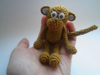 Миниатюра к статье Вязаная обезьянка амигуруми крючком