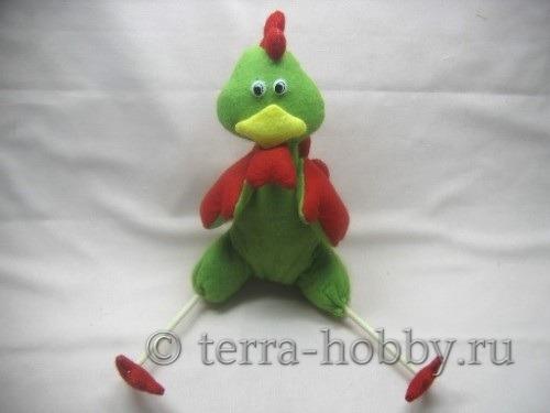 Миниатюра к статье Мягкая игрушка Петух из фетра своими руками