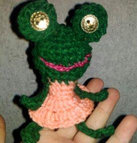 Миниатюра к статье Пальчиковый театр: вязаная лягушка крючком с описанием
