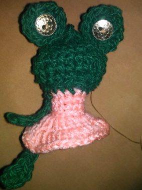 пришиваем лапки к вязаной лягушке