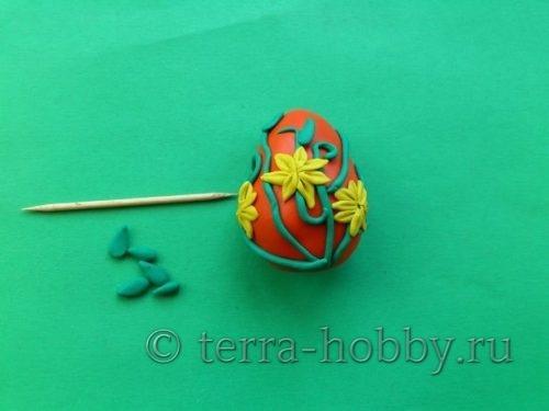 приклеить цветы на яйцо из пластилина