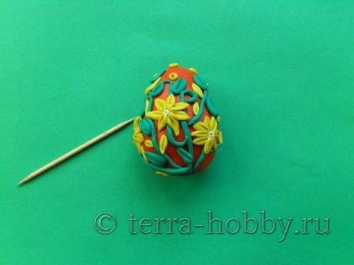 украшаем яйцо из пластилина