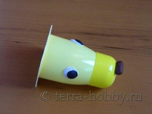 мордочка собаки из пластикового стакана