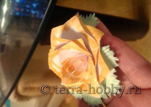 склеить лепестки розы и листики