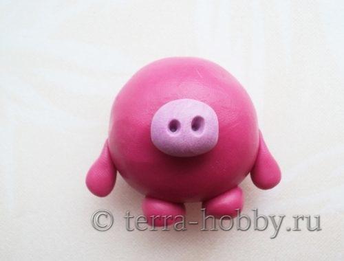 прикрепить верхние лапки к туловищу свинки