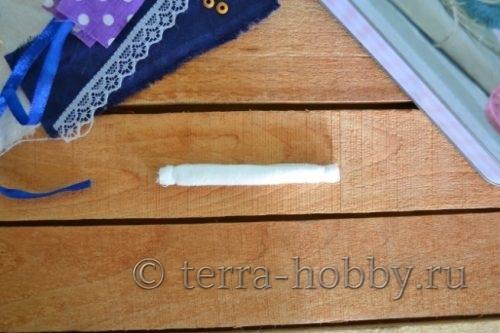 скрутить валик из ткани для ножек куклы