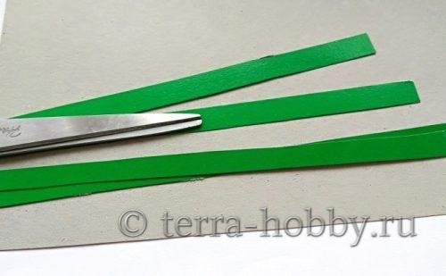 нарезать полоски из зеленой бумаги