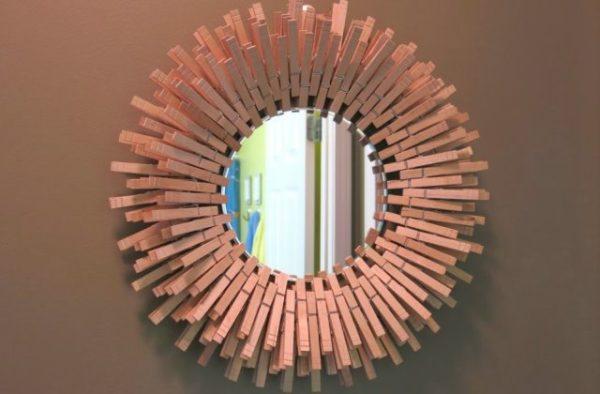 рамка для зеркала из деревянных прищепок