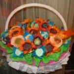 Миниатюра к статье Как сделать корзину с цветами из конфет — мастер-класс